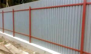 Забор из профилированного настила своими руками