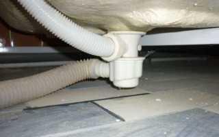 Течет под ванной